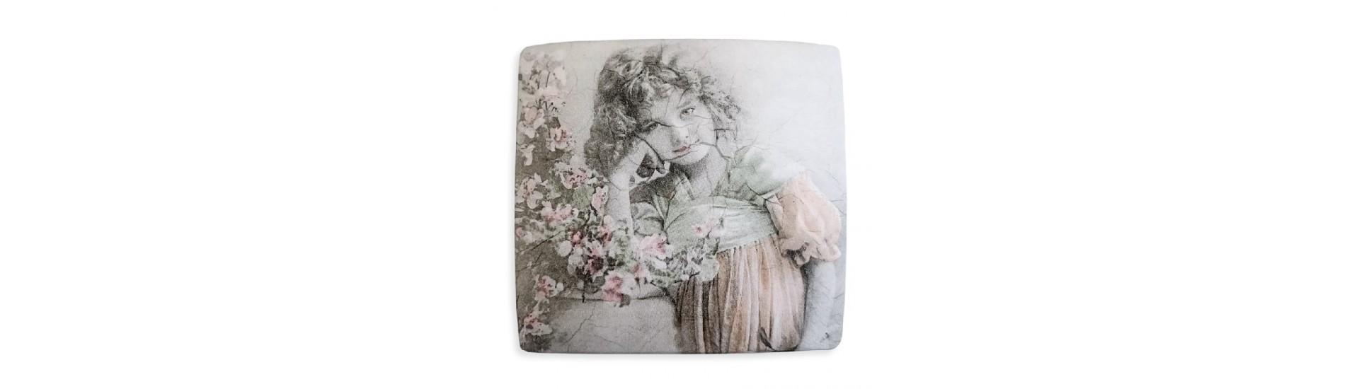 "Магнит для штор на тросе Д-3 Декупаж ""Девочка и ваза с цветами"" 14,5 см Квадрат"